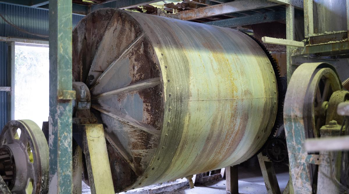 トロンミル。粘土の材料を中に入れてミキサーのように擦る。
