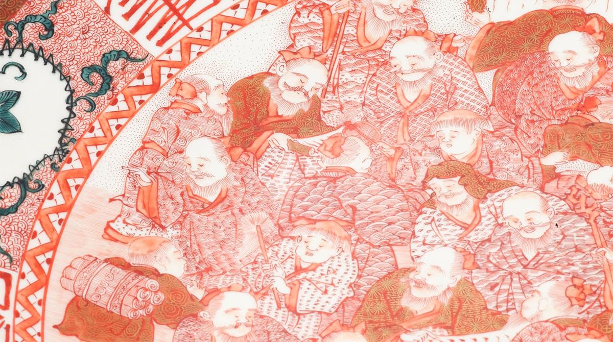 服の文様までも、すべて細やかな線で描き込まれている。/能美市九谷焼美術館|五彩館|所蔵