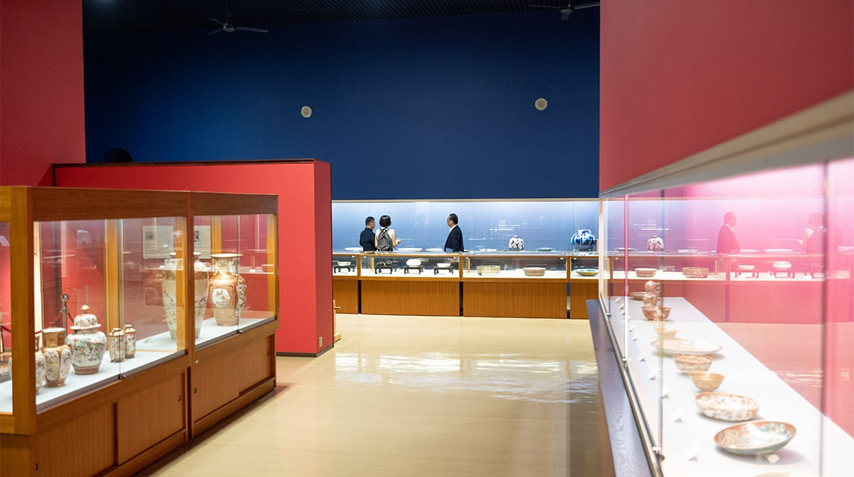 壁面も赤い展示室「朱赤の間」