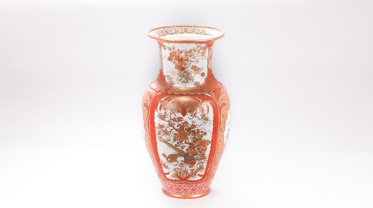 「赤絵金襴手」で描かれた大花瓶。「赤」と「金」という、この上なくめでたく華やかな組み合わせ。本源堂「彩色割取花鳥図大花瓶」/能美市九谷焼美術館|五彩館|所蔵