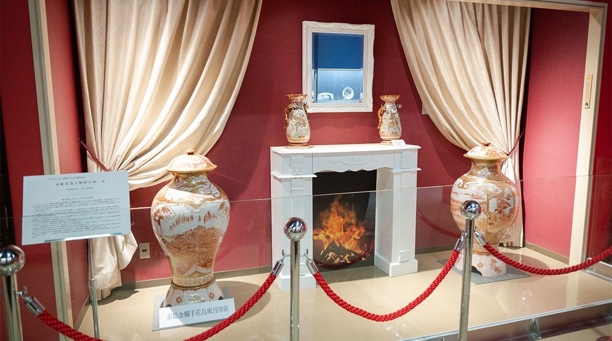 西洋で好まれていたマントルピースを再現した能美市九谷焼美術館「五彩館」の一角。