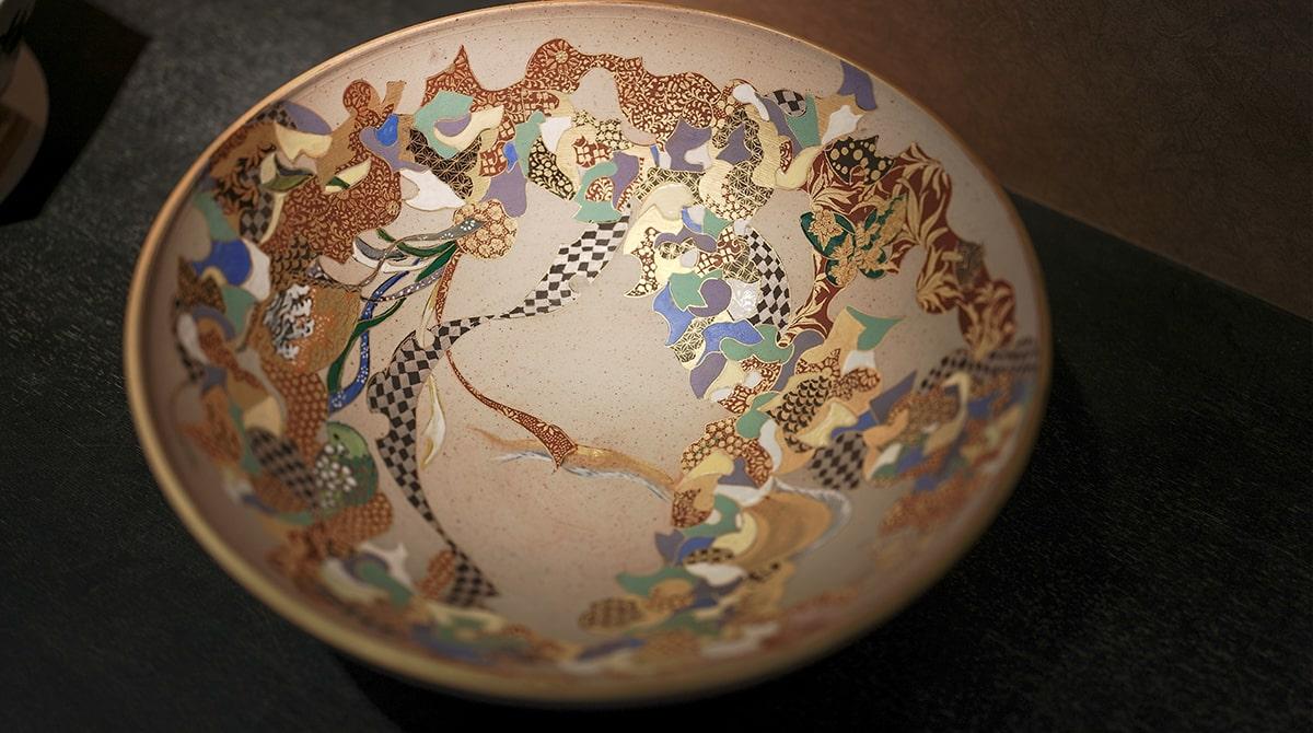 金彩の施された大皿。
