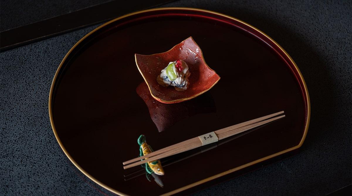 クリームチーズとシャインマスカットの白和え。吉田幸央さんの器に盛って。