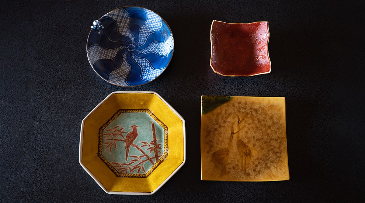 今回ご使用いただく九谷焼の皿。これだけでもバリエーション豊か。