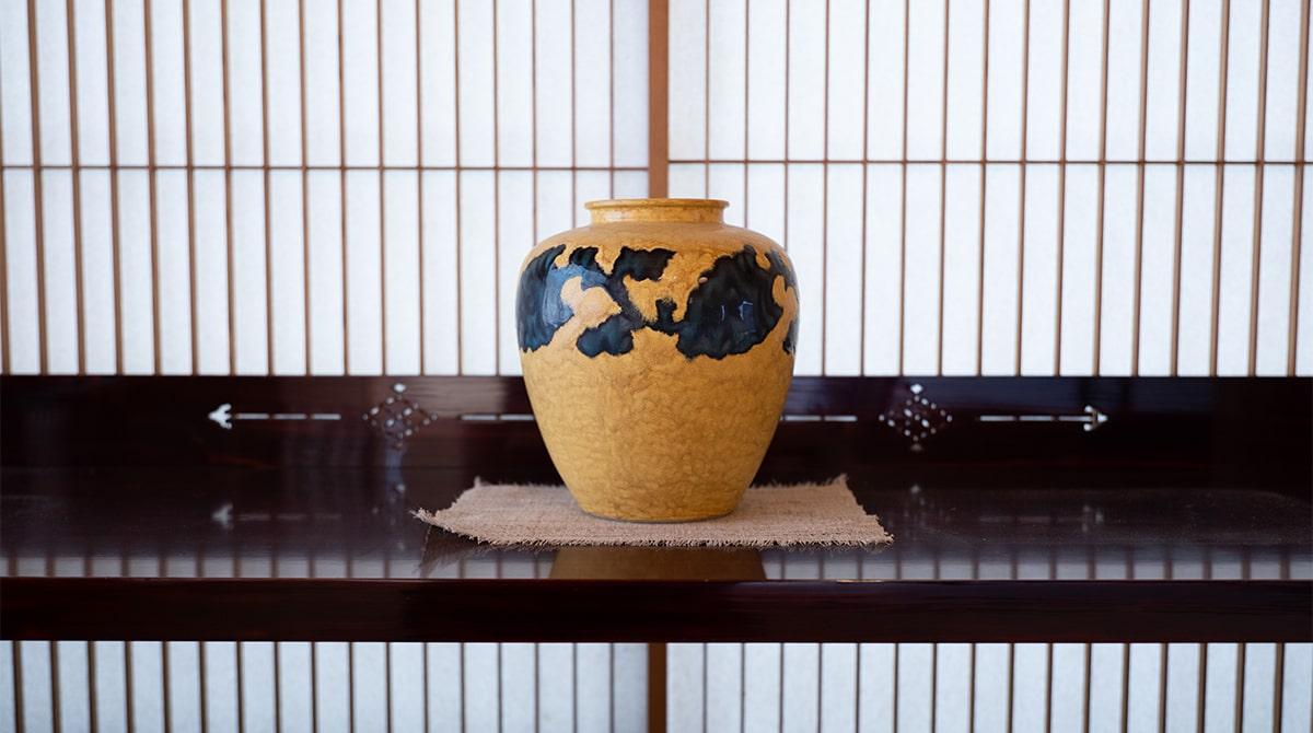 二代 徳田八十吉さんの壺。鮮やかな色が空間を彩る。